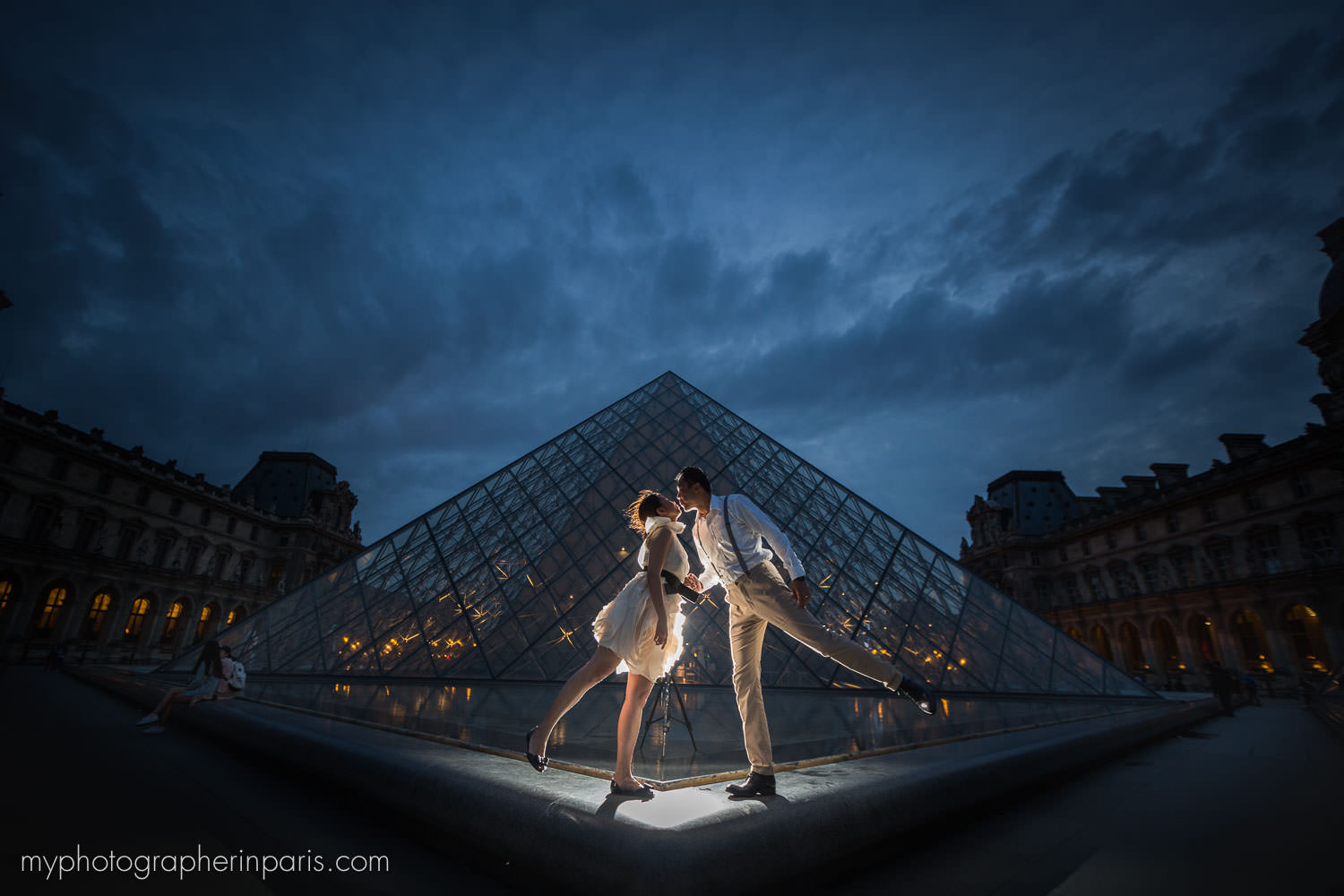 kiss at le louvre by night