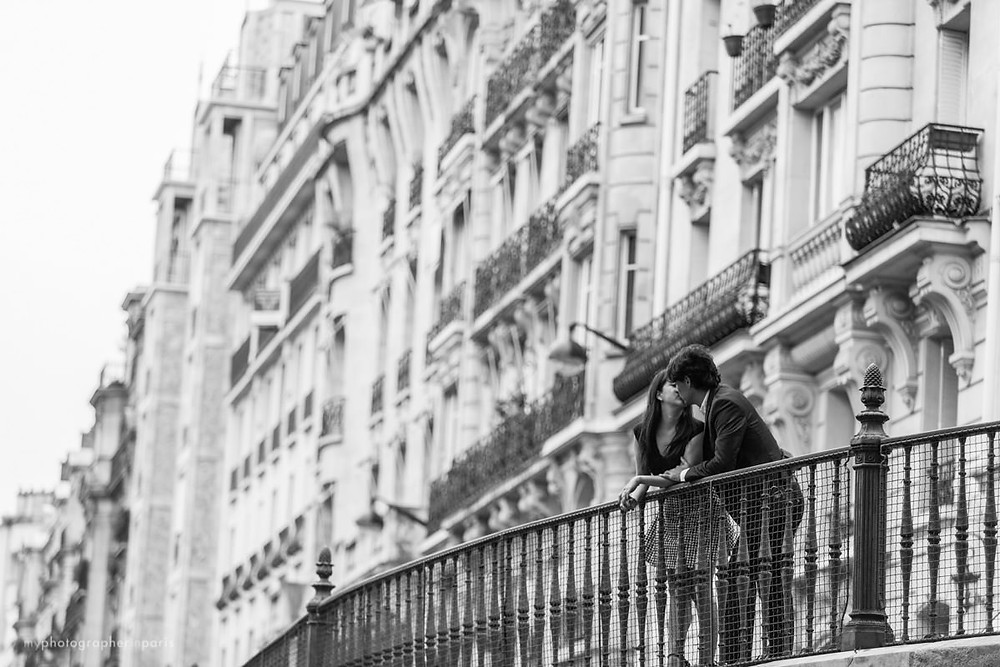 Kissing in paris streets