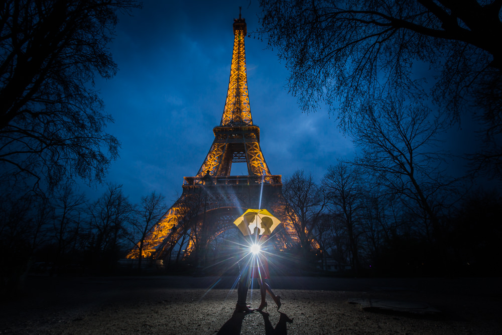 couple with umbrella eiffel tower
