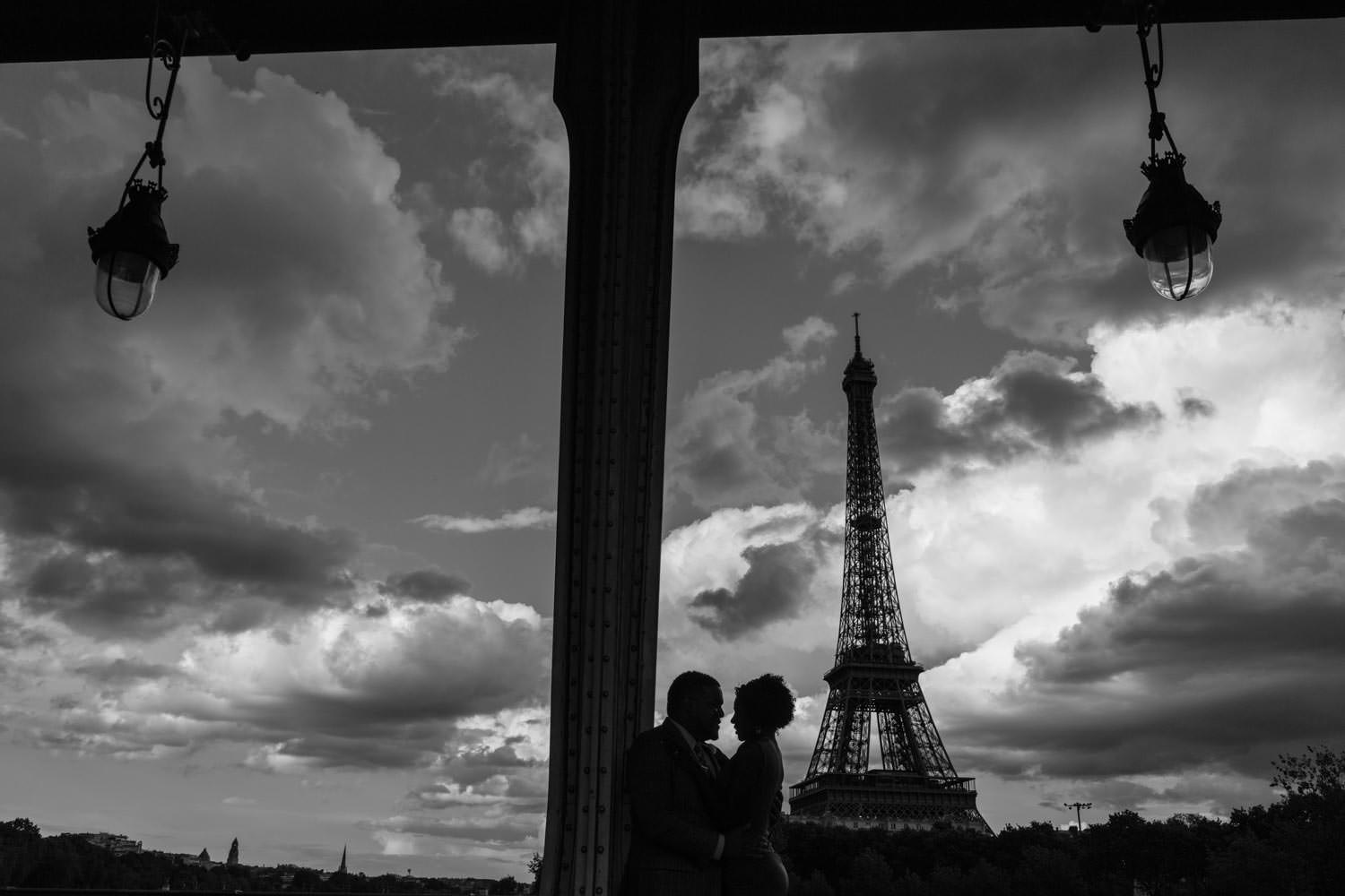 silhouette couple bir hakeim bridge