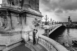 couple kiss at alexander III bridge