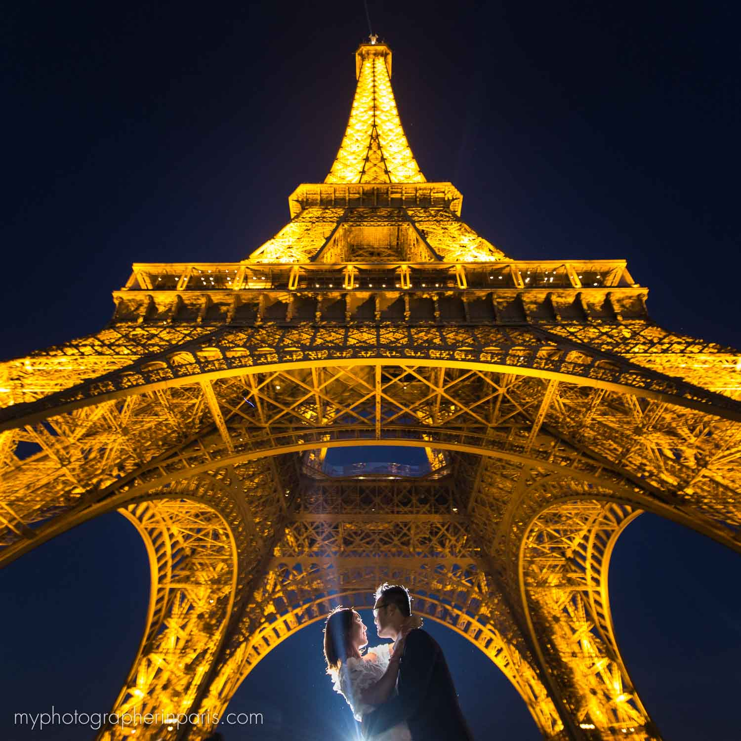 couple at night session eiffel tower
