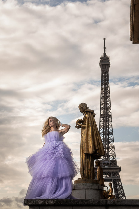 Model with statue on the Trocadero