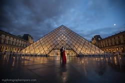 kiss at louvre entrance paris