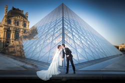 a couple kiss in front the pyramid