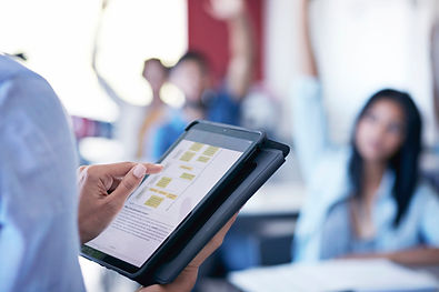 Enseignant avec tablette