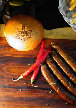 הצעת הגשה נקניקיות על מגש עם פלפלים | sinnersMeat | מוצרי בשר איכותיים אונליין