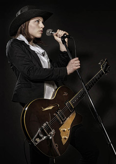 modèle : Faustine guitare : Duesenberg Carl Carlton