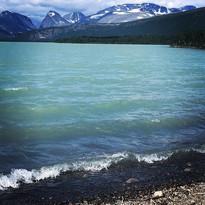Laddujavri med sitt gröna glaciärvatten. Kebnekaisemassivet i bakgrunden.