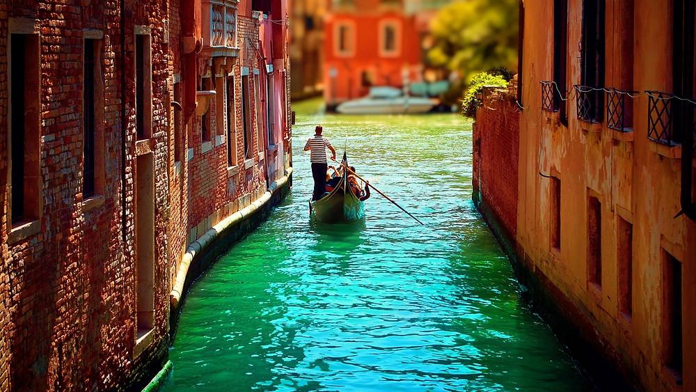 التنقل بالجندول من أجمل ما تتميز به فينيسيا