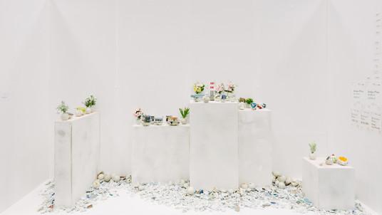 島とその上 2016 陶製手榴弾、陶片、造花、ミニカー、フィギュア など