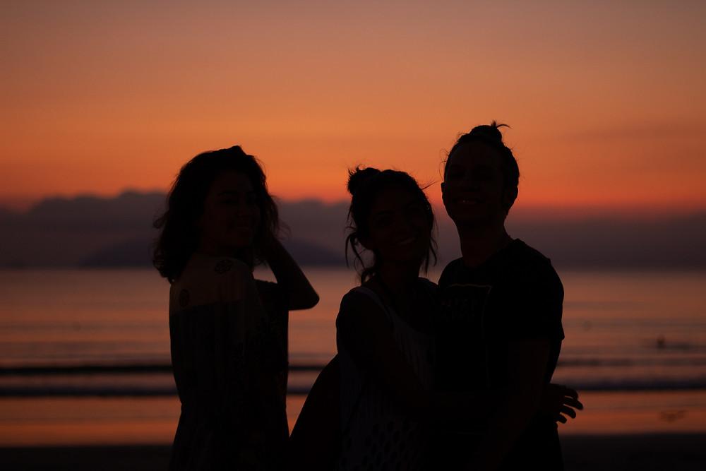 Toda foto no nascer do sol é a mesma coisa. O mar ta lindo, mas quem é esse povo? | Gabriel Juan Fotografia