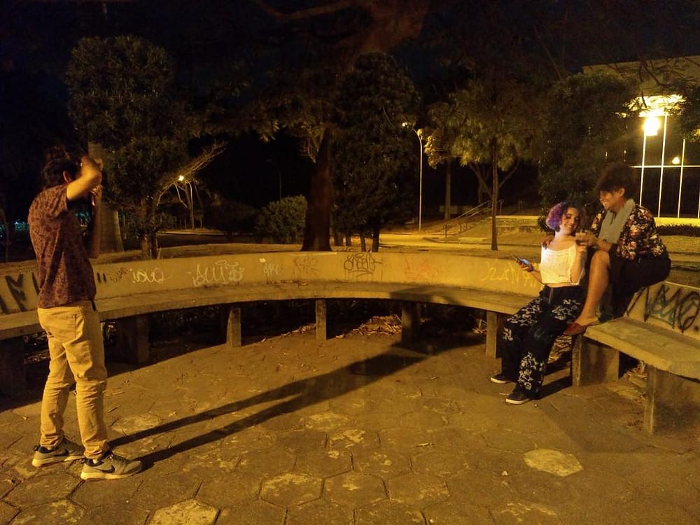 Eu fotografando Milena e Marcella à noite, na UFMG | Gabriel Juan Fotografia