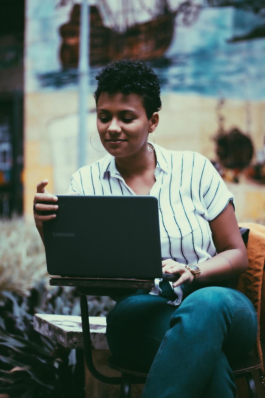 Carla está lendo a proposta de orçamento enviada por seu fotógrafo | Gabriel Juan Fotografia