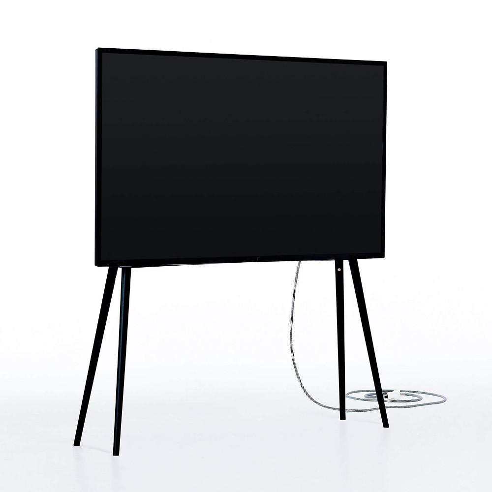 eleganter TV-Ständer mit Füßen und Regal für die Soundbar