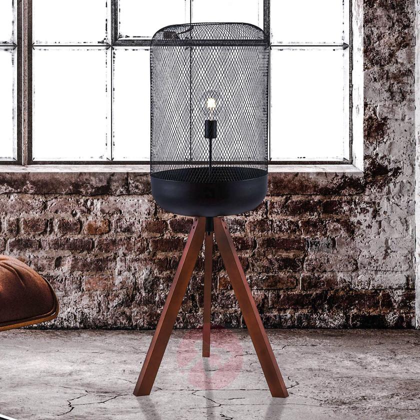 dekorative Stehlampe mit Metallschirm und drei Holzfüßen
