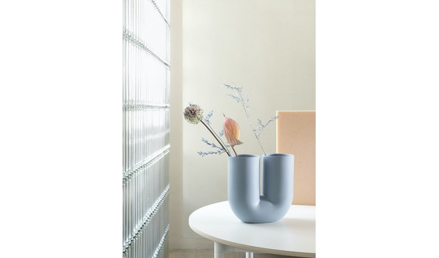 Kink Vase von Muuto in beige und blau - designtracker