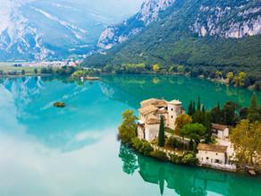 Il lago di Toblino, il suo incantevole castello e la sua romantica passeggiata lungolago