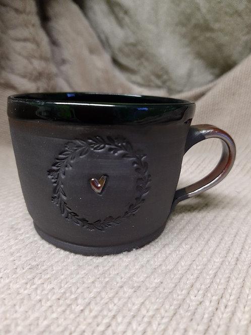 Černý porcelán s kovovým uchem
