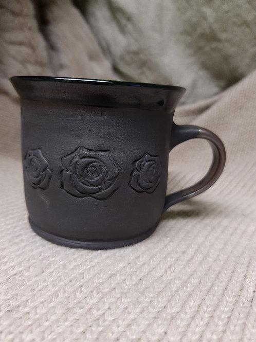 Černý porcelánový hrnek s růžemi