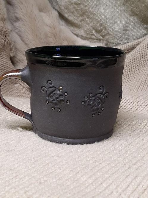 Hrnek z černého porcelánu s beruškama