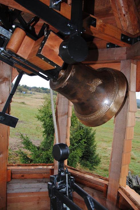 Bronzový zvon ve zvonici.