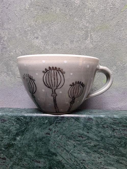 Porcelánový hrnek s makovicemi puntíkovaný