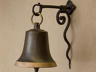 Zvon na kované konzoli z Ateliéru Zvonaře a Hrnčířky.