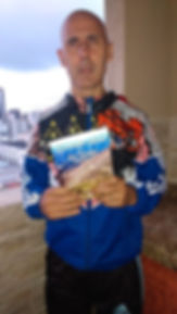 Foto com o livro.jpg