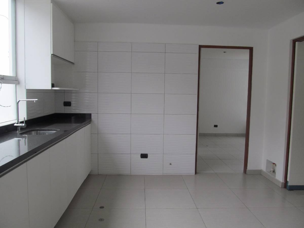 Cocina y puerta Lavandería