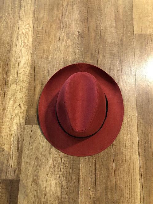 Cappello Rosso Con Nastro