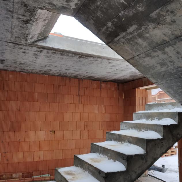 Betonový strop a schodiště. Rudice