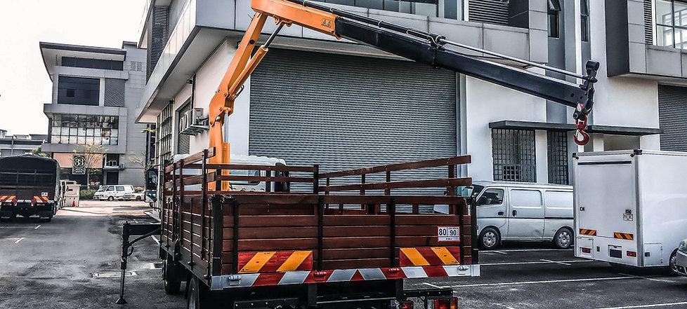 Mitsubishi-Fuso-wooden-cargo-crane2.jpg