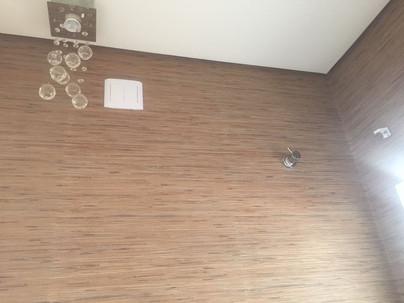 Papel de parede no lavabo imitando palhinha