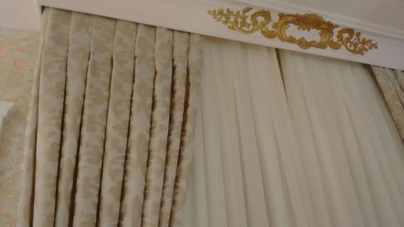 Detalhe das pregas macho da cortina com fundo de voil com organza e xale em chantung de seda