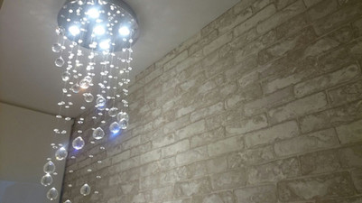 Cortina rolô com filtro solar e papel de parede importado, vinílico, imitando tijolinho patinado. Fácil de limpar, ideal para escadas e alto fluxo