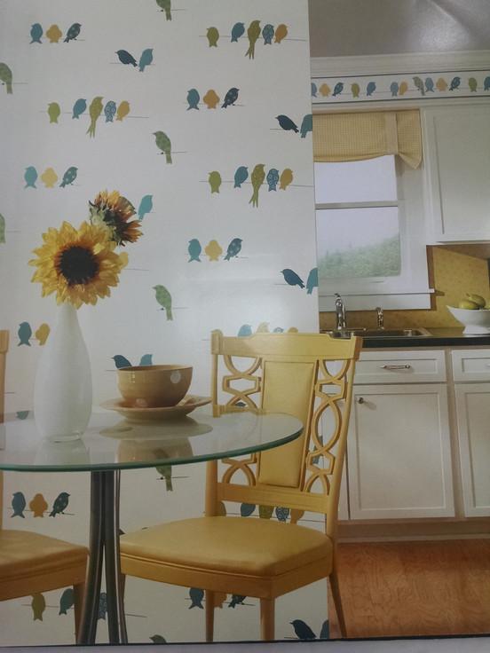 Cozinha com papel de parede vinílico, fácil de limpar.