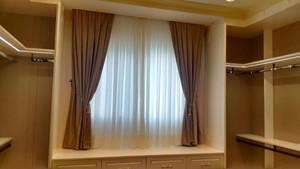 Closet com cortina com fundo de organza com xale em veludo combinando com a suíte