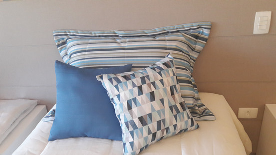 Colchas e porta travesseiro sob medida programadas com tecidos especiais, combinados com cortina e papel de parede