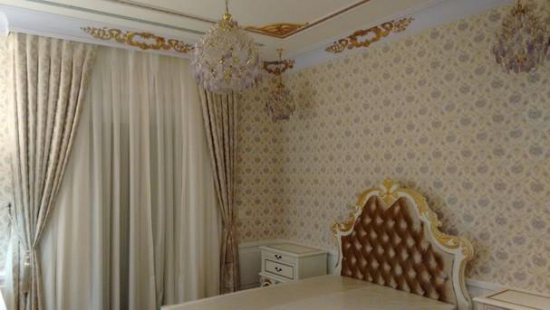Suíte com cortina com fundo de voil com organza e xale em chantung de seda