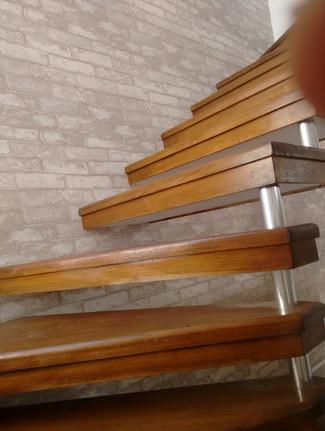 Papel de parede importado, vinílico, imitando tijolinho patinado. Fácil de limpar, ideal para escadas e alto fluxo