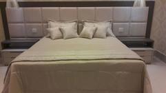 Colcha com porta travesseiros e almofadas em tecido em composê