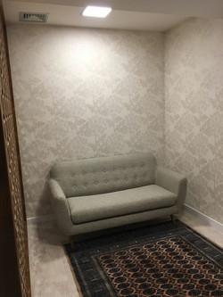 Papel de parede importado sofisticando ambiente e alegrando recepção de consultório