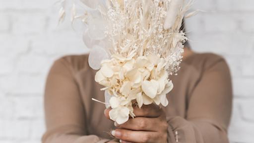 Droogbloem boeket met witte tinten