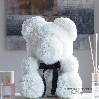 Onze prachtige Rose Bears zijn handgemaakt van zachte synthetische rozen in een luxe geschenkverpakking. Het is een origineel geschenk dat er geweldig uitziet als decoratie in de woning of kantoor van je geliefde. Maar kan ook perfect als geschenk voor geboortes, verjaardagen en communies dienen. De Rose Bears zijn verpakt in een doorzichtige geschenkdoos met satijnen strik en personaliseerbaar naar jouw wensen.