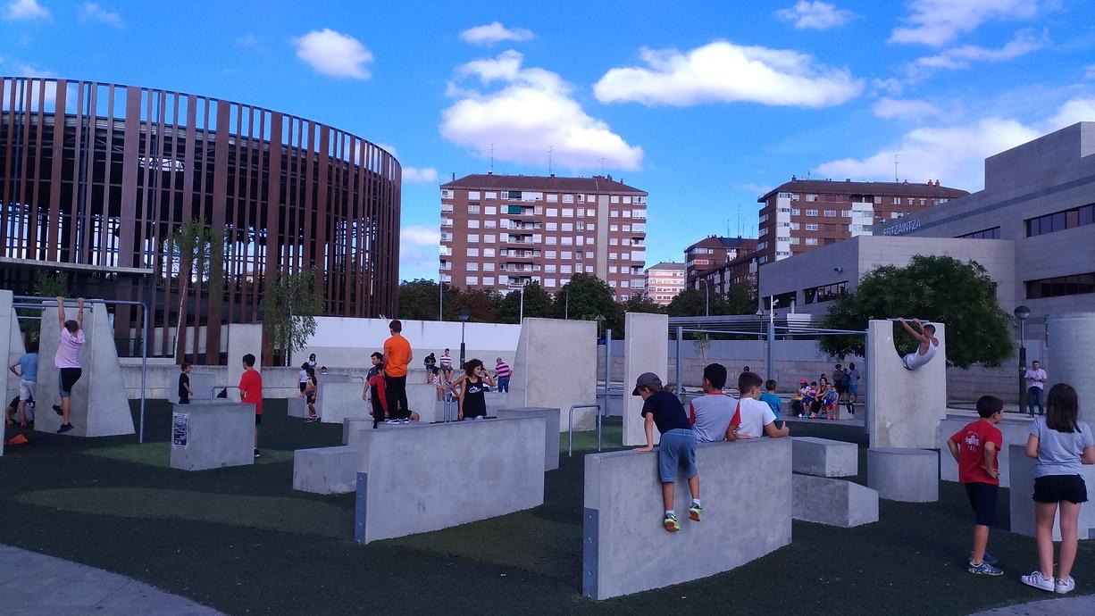 Instalación en Vitoria-Gazteiz de un Parkour Park (juegos infantiles) con niños.