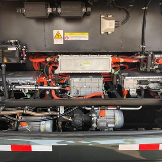 Parte trasera de un bus eléctrico en donde se puede observar lo simple que es la tecnología.