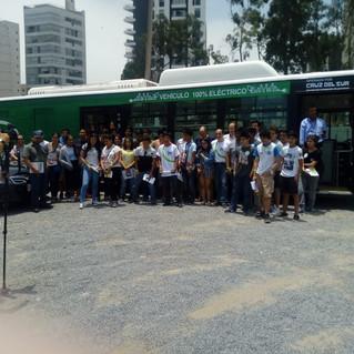 Bus eléctrico en la UTEC junto con estudiantes y docentes de la Universidad.