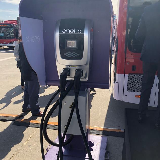 Cargador de bus eléctrico de transporte urbano, en la presentación de los primeros 100 buses eléctricos en Chile en Diciembre 2018.