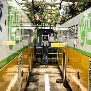 Dos buses de transporte urbano masivo cargando sus baterías en la ciudad de Shenzhen, China.